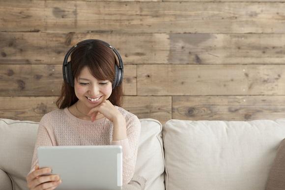 オンライン英会話を受ける女性